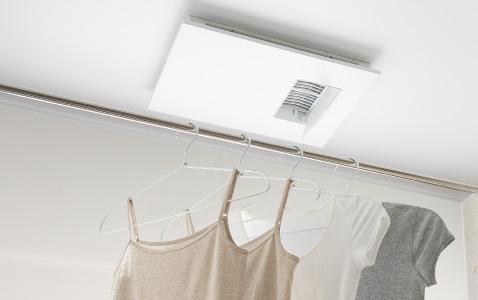 外に干しにくい季節にうれしい。浴室での衣類干しもかしこく乾燥運転。