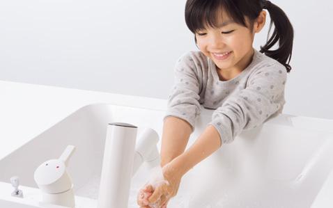 単水栓にさわらなくても手洗いできるから清潔。お子様でも簡単に操作できるので、幼いころから手洗い習慣が身につきます。