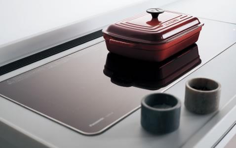 トッププレートや操作部は凹凸を抑え、フラットに。