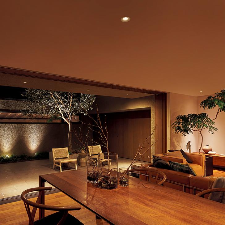 中庭の壁面を照らすことで、空間に奥行きが生まれます
