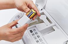 本体上部のケースに電池を収納できます。もしもの時も慌てることなく、すぐに対応できます。