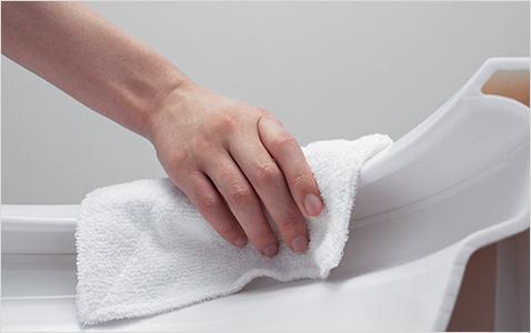 フチ裏がない形状で奥まで指が届き、サッとひとふき。